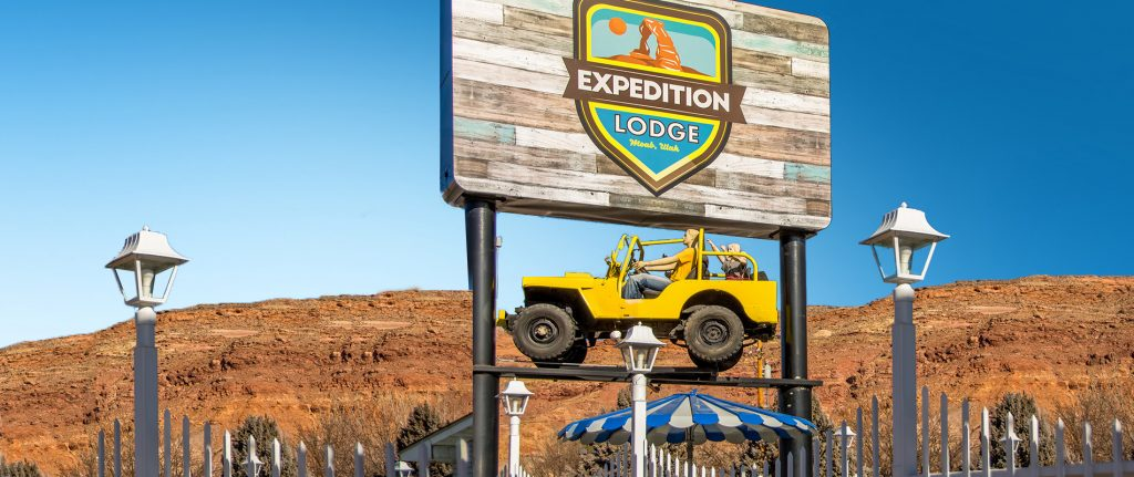 Expedition Lodge Exterior With Sign